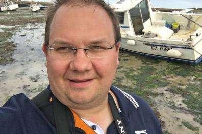 Autor David Schwingen im Hafenbecken von Barfleur (Normandie) bei Ebbe