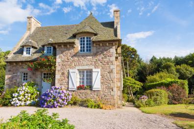 Symbolfoto: Ein typisches Steinhaus, wie man es in der Bretagne & Normandie findet als Ferienhaus