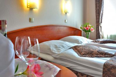 Symbolfoto: Blick auf das Bett in einem Hotel in der Normandie