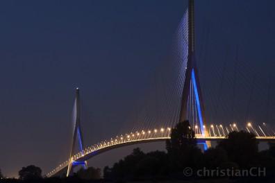 Auch nachts ein Hingucker - die Schrägseilbrücke über die Seine